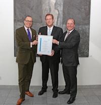 Stefan Dissel (m.) überreichte das Siegel an Arnulf (l.) und Olaf Piepenbrock (r.).  Bild: Piepenbrock