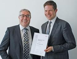 """Achim Brückner (l.), Brose, überreichte den """"Key Supplier Award"""" für Piepenbrock an David Jung, Geschäftsleitung Großkunden bei Piepenbrock. (Bild: Brose/Piepenbrock)"""