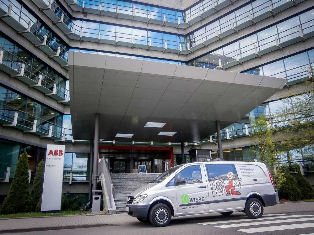 Ein Service-Fahrzeug von Wisag vor dem Standort der ABB in Mannheim. Bild: WISAG Industrie Service Gruppe