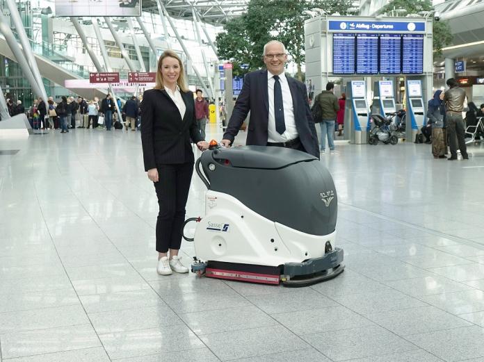 Laura Sasse (Dr. Sasse Gruppe) Michael Hanné, Geschäftsführer des Düsseldorfer Flughafens, vor dem Adlatus CR 700