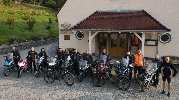 Gruppenbild der GEFMA-Biker-Tour 2020 mit Drohne. Bild: Karsten Scholl