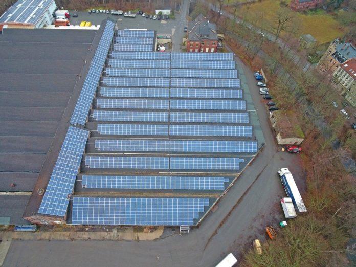Die PV-Module auf dem Dach der Firmenhalle in Weida. Bild: WI Energy