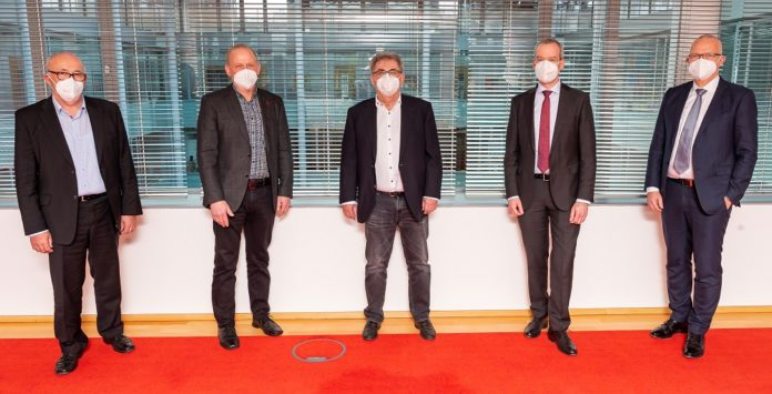 Vertragsunterschrift in Berlin (v. li.).: Josef Kraus, Xaver Ebner, Georg Dimpfl, Dr. Tino Weber und Stephan Possekel. Bild: Dussmann Group/T. Ecke