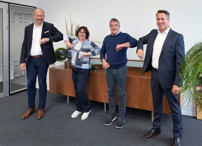 Die Firmenvertreter bei der Unterzeichnung (v.li.): Alexander Bonk (Leadec), Katrin Jahne-Finck und Frank Reichl (Schulz & Reichl Elektrobau GmbH), Dietmar Rettig (Leadec). Bild: Leadec