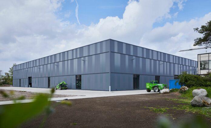 Die Fassade der neuen Fertigungshalle wirkt lebendig durch zwei Glanzgrade der Paneele. Bild: Probat