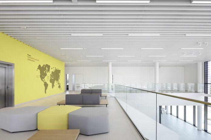 Der Neubau greift die gelbe Farbe aus dem Corporate Design von Viega auf. Bild: ATP/Kuball